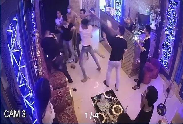 Nhóm thanh niên đập phá quán karaoke vì không rủ được nữ nhân viên đi chơi - 1