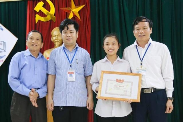 Hà Tĩnh: Nữ sinh trả gần nửa tỷ đồng được Chủ tịch tỉnh tặng Bằng khen - 1
