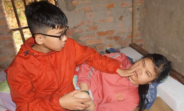 Bạn đọc tiếp tục giúp đỡ người mẹ mù xin ánh sáng cho con gần 80 triệu đồng - 1