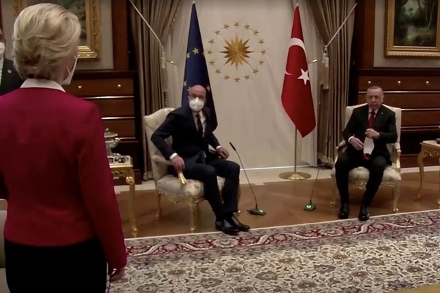 Nữ lãnh đạo châu Âu tổn thương vì sự cố không có ghế ngồi họp - 1
