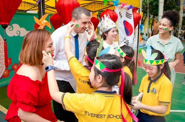 Học sinh Hà Nội nói Tiếng Anh như gió về văn hóa quốc tế - 4
