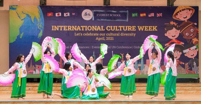 Học sinh Hà Nội nói Tiếng Anh như gió về văn hóa quốc tế - 9