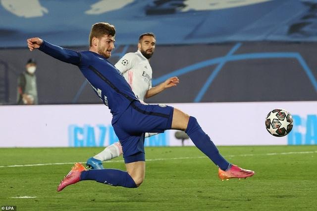 Benzema lập siêu phẩm, Real Madrid may mắn hòa Chelsea - 1