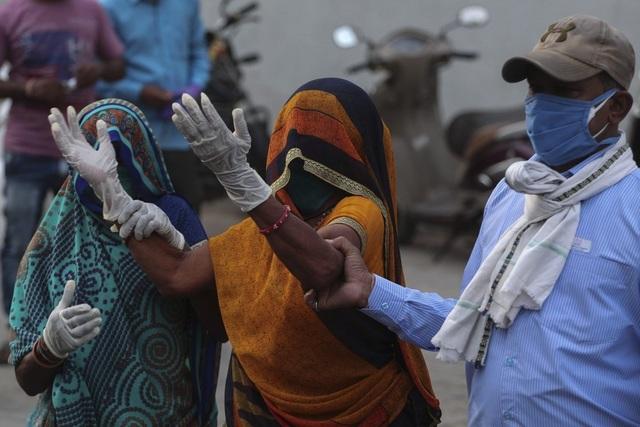 Ấn Độ thêm 323.000 ca mắc mới, Mỹ dốc sức trợ giúp - 1