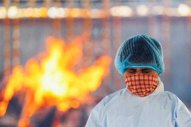Ấn Độ có ngày chết chóc nhất đại dịch, phát hiện biến chủng độc lực mạnh - 1