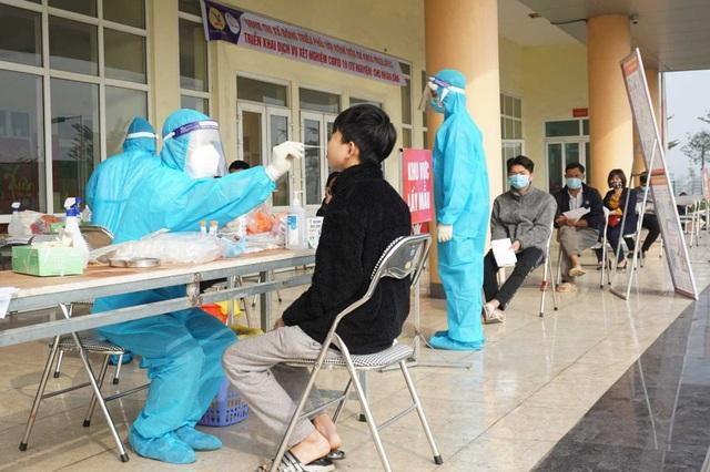 Cơ quan y tế lấy mẫu xét nghiệm những người có liên quan đến ca bệnh ở Hà Nam.