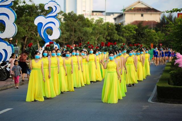 Gần 1.000 người tham gia Lễ hội Diễu hành đường phố đầy màu sắc - 1