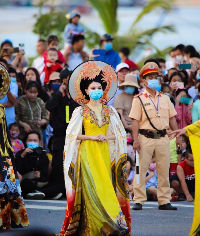 Gần 1.000 người tham gia Lễ hội Diễu hành đường phố đầy màu sắc - 5