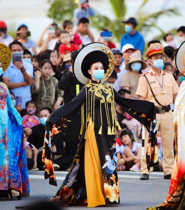 Gần 1.000 người tham gia Lễ hội Diễu hành đường phố đầy màu sắc - 4