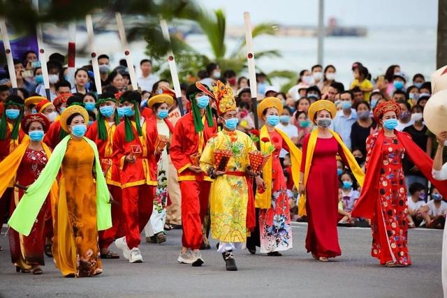 Gần 1.000 người tham gia Lễ hội Diễu hành đường phố đầy màu sắc - 3
