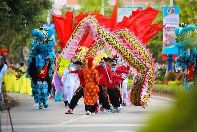 Gần 1.000 người tham gia Lễ hội Diễu hành đường phố đầy màu sắc - 2