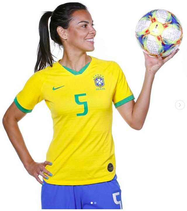 Những nữ cầu thủ xinh đẹp, quyến rũ bậc nhất của Brazil - 7