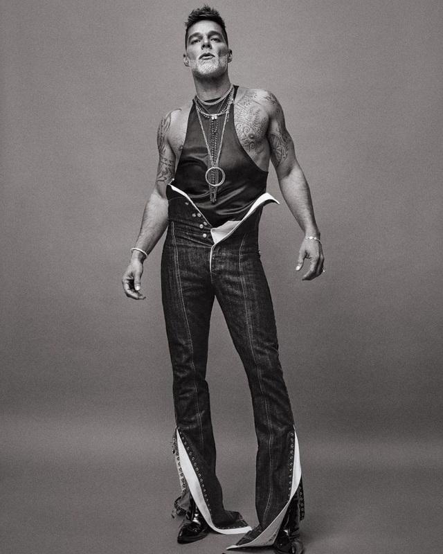 Ngỡ ngàng với diện mạo của ca sĩ đồng tính Ricky Martin trong loạt ảnh mới - 4