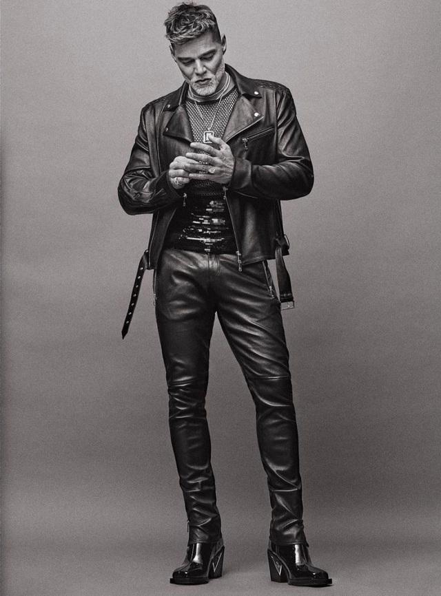 Ngỡ ngàng với diện mạo của ca sĩ đồng tính Ricky Martin trong loạt ảnh mới - 2