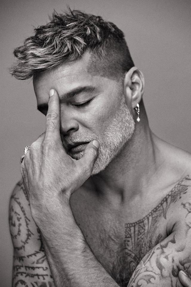 Ngỡ ngàng với diện mạo của ca sĩ đồng tính Ricky Martin trong loạt ảnh mới - 3