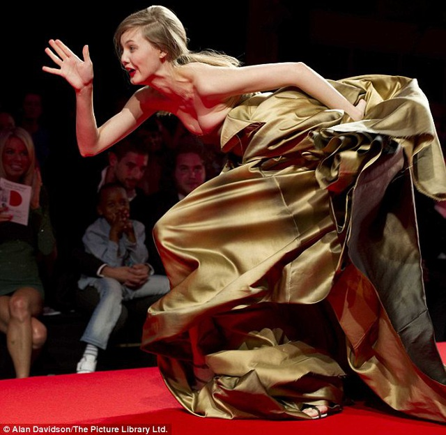 1001 kiểu... vồ ếch của các chân dài trên sàn catwalk  - 3