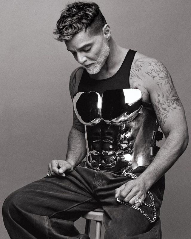 Ngỡ ngàng với diện mạo của ca sĩ đồng tính Ricky Martin trong loạt ảnh mới - 5