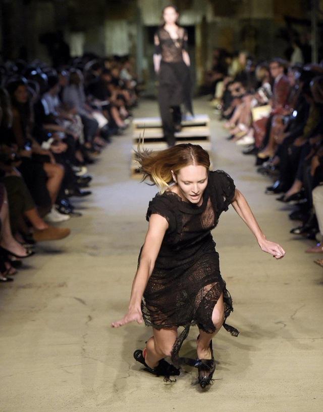 1001 kiểu... vồ ếch của các chân dài trên sàn catwalk  - 5
