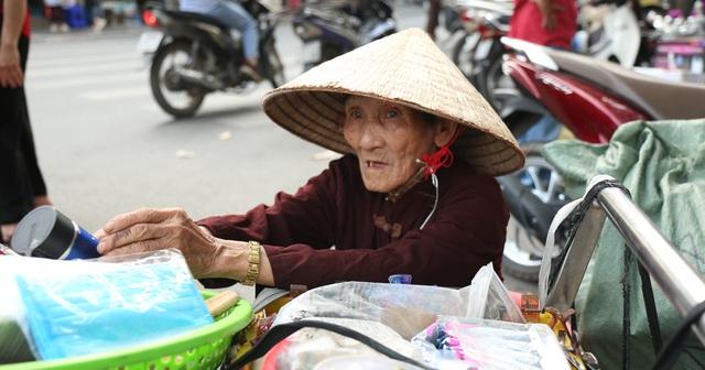 Hà Nội: Sống tròn một thế kỷ, cụ bà vẫn mưu sinh dưới nắng nóng 35 độ C - 7