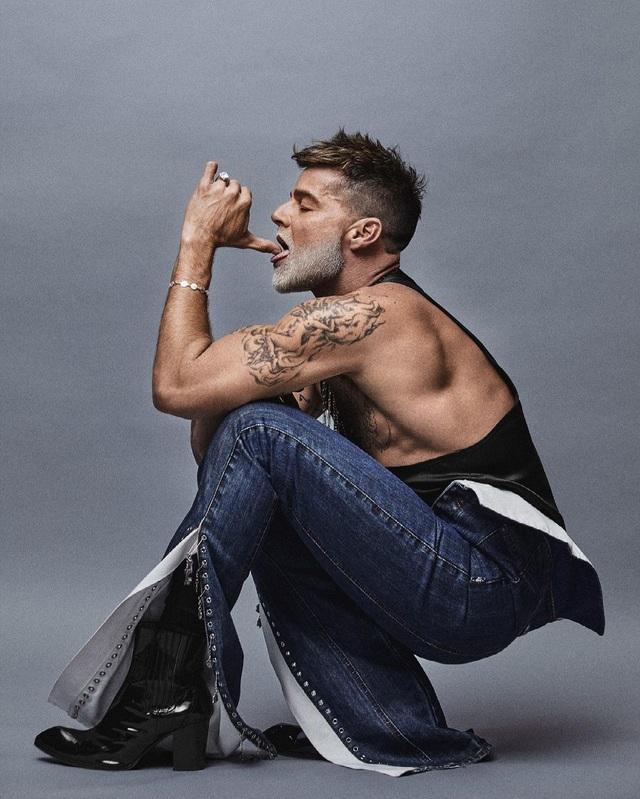 Ngỡ ngàng với diện mạo của ca sĩ đồng tính Ricky Martin trong loạt ảnh mới - 6