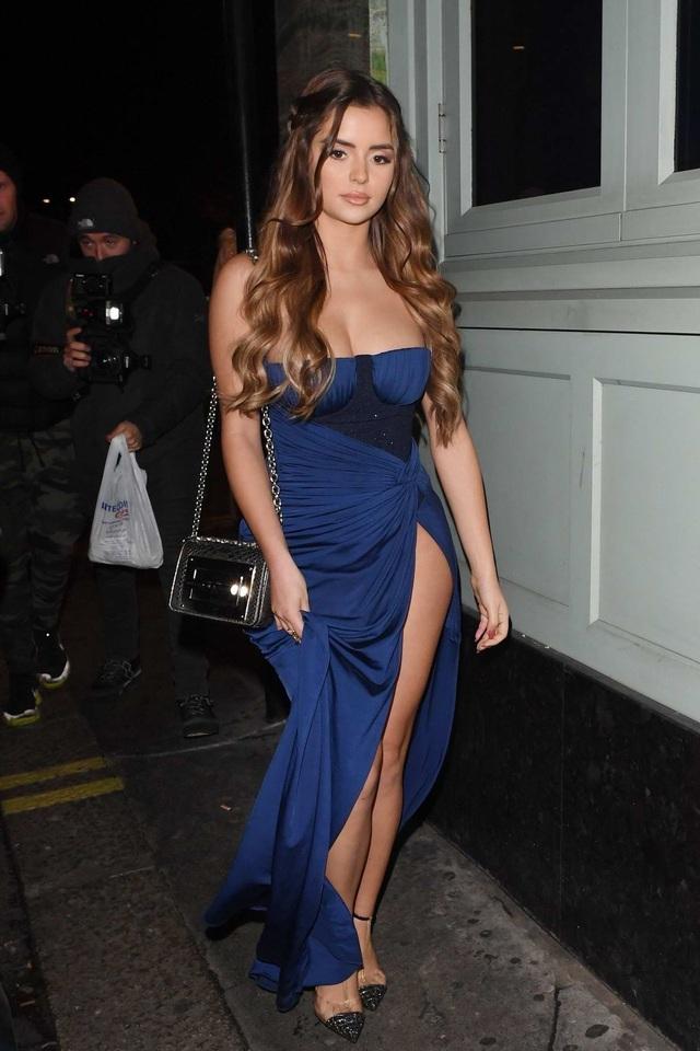 Choáng với màn khoe dáng bên hoa của hot girl Demi Rose - 8