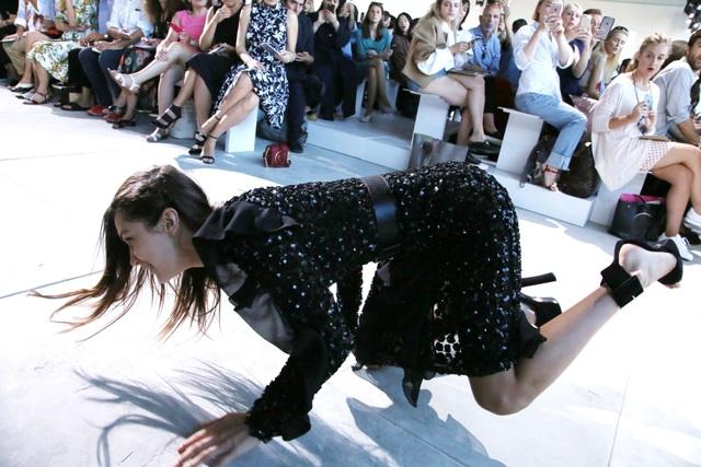 1001 kiểu... vồ ếch của các chân dài trên sàn catwalk  - 8