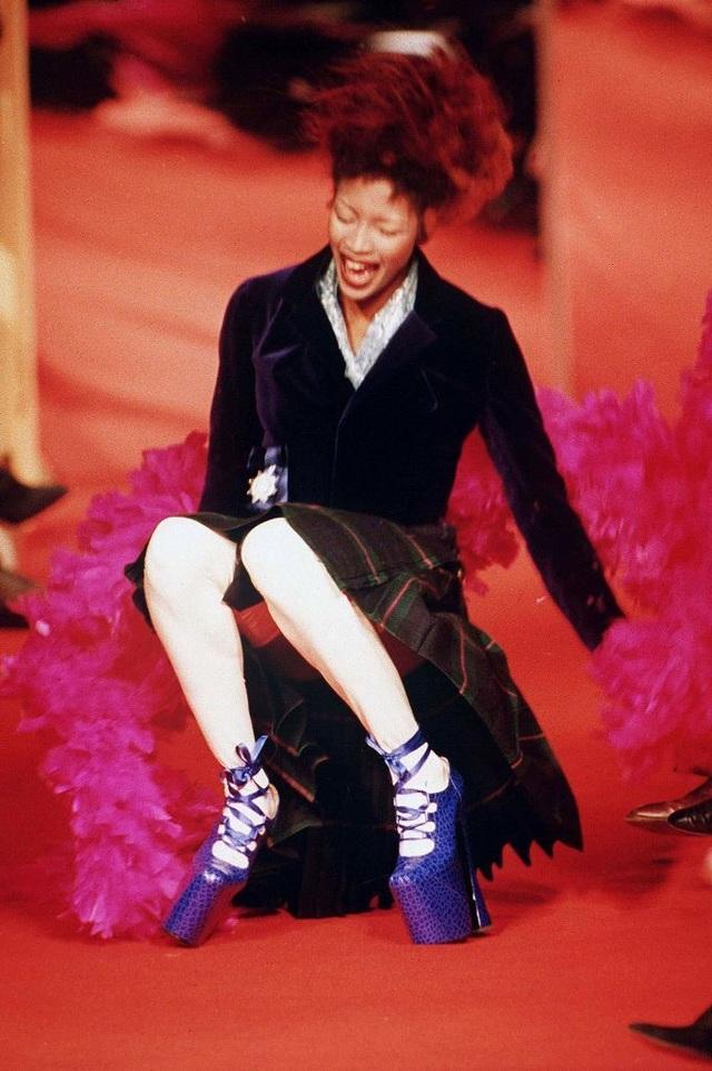 1001 kiểu... vồ ếch của các chân dài trên sàn catwalk  - 9