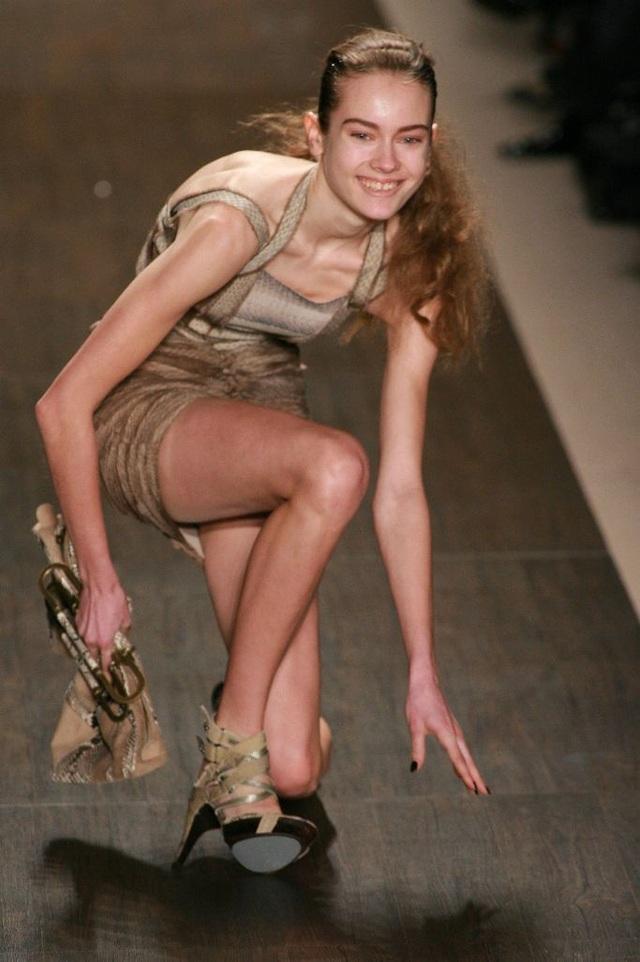 1001 kiểu... vồ ếch của các chân dài trên sàn catwalk  - 10