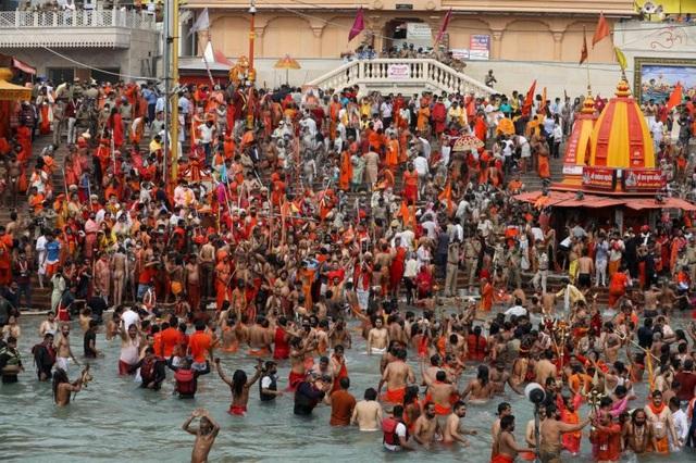 Hàng chục nghìn người Ấn Độ tham gia lễ hội bất chấp sóng thần Covid-19 - 2