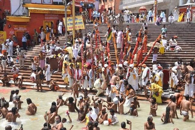 Hàng chục nghìn người Ấn Độ tham gia lễ hội bất chấp sóng thần Covid-19 - 1