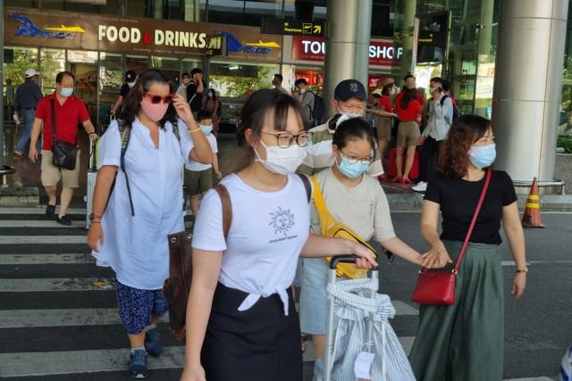 Hàng nghìn du khách đổ về du lịch, Đà Nẵng đón hơn 200 chuyến bay - 1