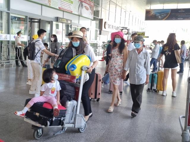 Hàng nghìn du khách đổ về du lịch, Đà Nẵng đón hơn 200 chuyến bay - 6
