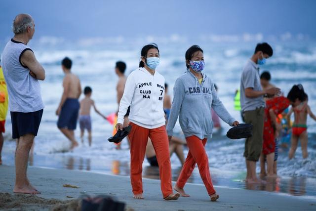 Đà Nẵng vắng vẻ hơn mọi năm, khách tắm biển đeo khẩu trang - 4