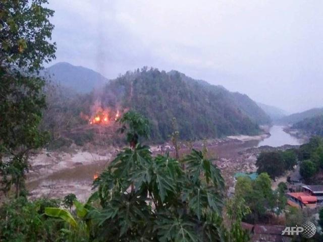 Hai căn cứ quân sự Myanmar rung chuyển vì bị dội mưa rocket - 1