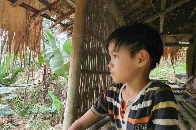 Thương cậu bé trong nhà sàn sắp sập nghỉ học chăm mẹ và người anh khác cha - 7