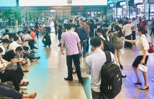 Lượng hành khách tới Tân Sơn Nhất tăng chóng mặt - 5