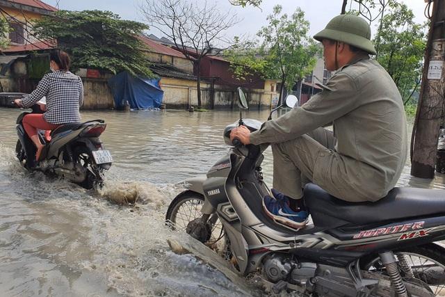 Doanh nghiệp xả thải bất chấp, đường và trường học mênh mông nước bẩn - 1