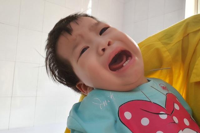 Tiếng khóc xé lòng của anh em mồ côi cha cùng bị bại não bẩm sinh - 5