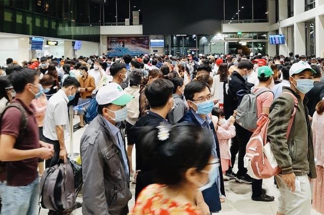 Lượng hành khách tới Tân Sơn Nhất tăng chóng mặt - 4