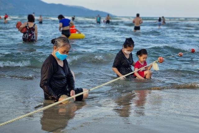 Đà Nẵng vắng vẻ hơn mọi năm, khách tắm biển đeo khẩu trang - 5