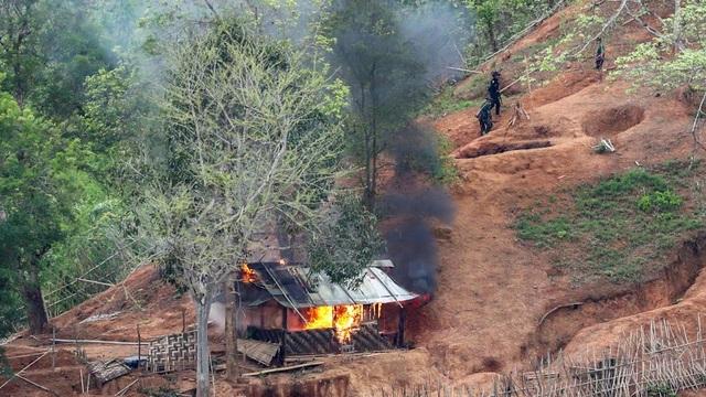 Myanmar không kích dữ dội phiến quân, dân thường tháo chạy sang Thái Lan - 1