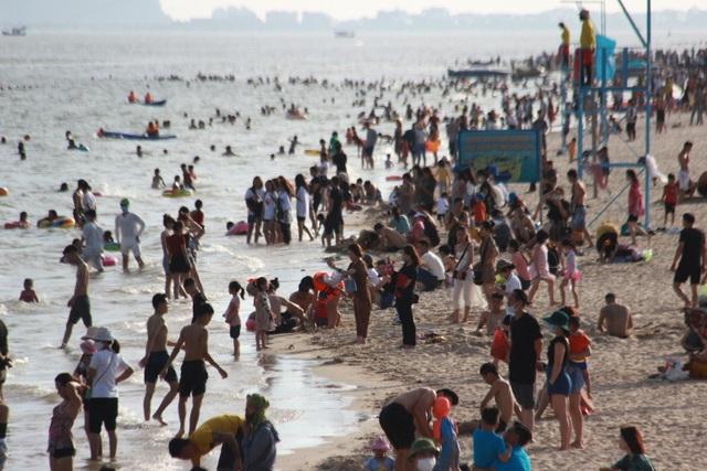 Bãi biển đông nghịt người, Quảng Ninh vội ra văn bản chấn chỉnh - 1