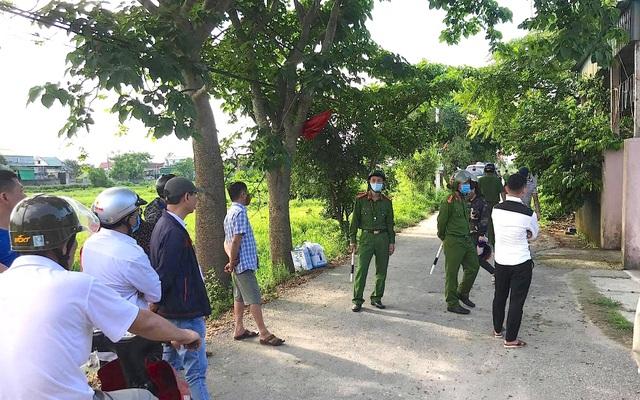 Nghe tin ông Phú bắn chết người, người dân xung quanh xôn xao bàn tán. Hàng nghìn người từ khắp nhiều nơi đổ dồn về theo dõi sự việc.