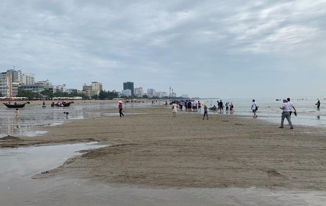Hình ảnh khác lạ tại bãi biển Sầm Sơn trong ngày đầu nghỉ lễ - 3