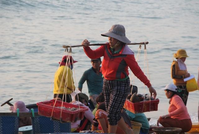 Những lao động làng chài mưu sinh trong buổi sáng sớm - 9