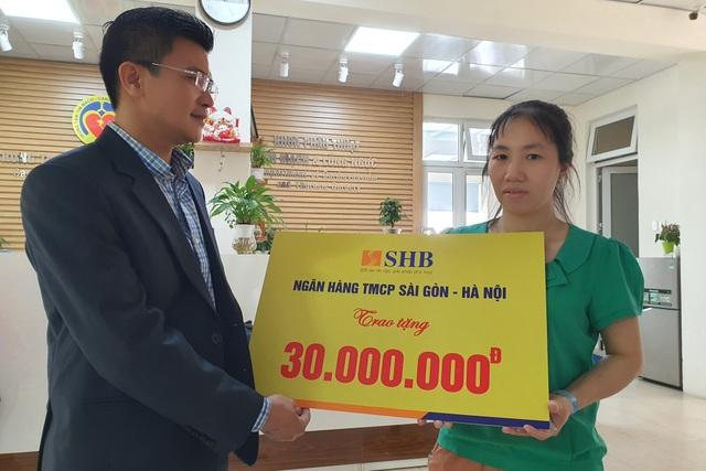 Người đàn ông mắc bệnh hiểm đón nhận 30 triệu đồng từ ngân hàng trao tặng - 2
