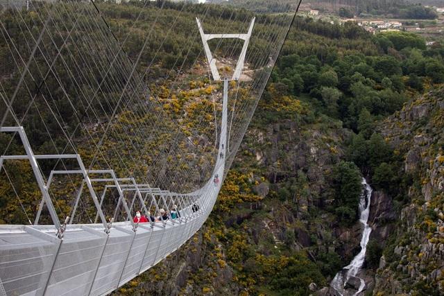 Mở cửa cầu treo đi bộ dài nhất thế giới - 4