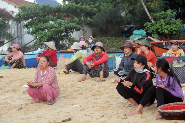 Những lao động làng chài mưu sinh trong buổi sáng sớm - 2