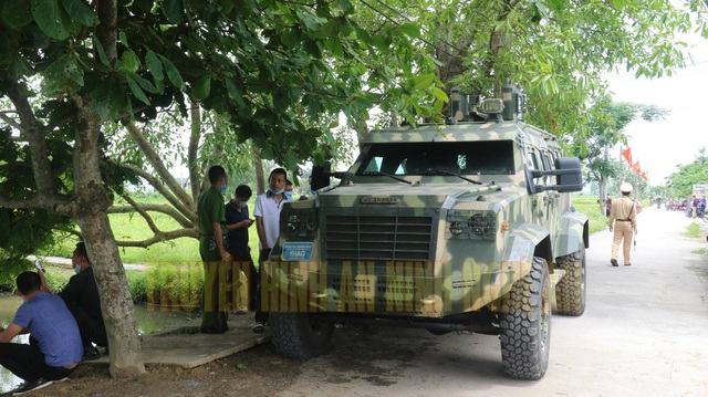 Nhận được tin báo Công an Nghệ An đã huy động tối đa lực lượng cùng xe đặc chủng, thiết bị nghiệp vụ nhanh chóng có mặt tại hiện trường.