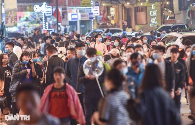 Sa Pa đông nghẹt khách du lịch lúc nửa đêm, nhiều tuyến đường ùn tắc - 2